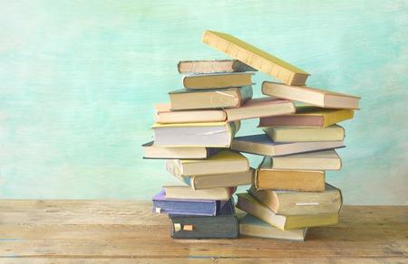 pile de livres anciens, fond grungy, espace de copie gratuite