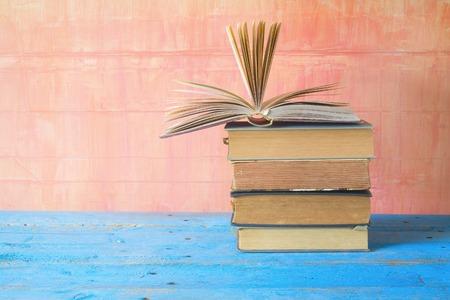 pila di vecchi libri con uno aperto, spazio copia gratuita