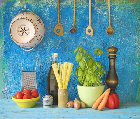 comida italiana: Ingredientes de la comida italiana, espaguetis, tomates, hierbas, utensilios de cocina