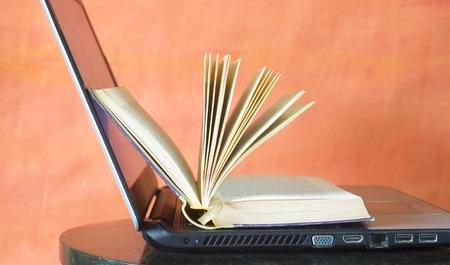 libros abiertos: libro abierto y portátil, aprendizaje, educación, e-libro concepto