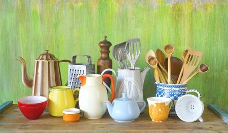 utencilios de cocina: diversos utensilios de cocina y vajilla de época, el concepto de cocina
