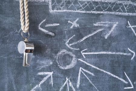 voetbal / voetbal tactiek diagram w. fluitje van een scheidsrechter of coach
