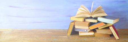 Geopend boek op een stapel oude boeken, panorama, goede kopie ruimte