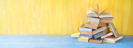 Geöffnetes Buch auf einem Stapel von Büchern, Panorama, guter Kopienraum