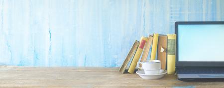 rij boeken, kopje koffie en laptop, leren, onderwijs, panorama, kopie ruimte