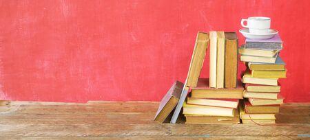 Stosy książek i filiżanka kawy, czytanie, nauka, koncepcja edukacji, bezpłatne miejsce na kopię