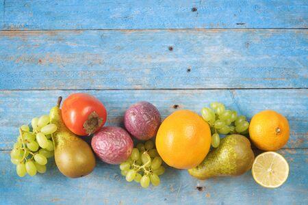 Varias frutas, alimentación saludable, dietas, fitness, concepto de bienestar. Mock up con espacio de copia gratuito Foto de archivo