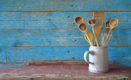set of vintage wooden spoons in a mug, kitchen utensils, cooking,food, culinary concept, flat lay with good copy space Zdjęcie Seryjne