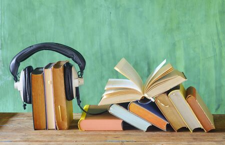 audio book concept with open book and headphones,  good copy space Zdjęcie Seryjne
