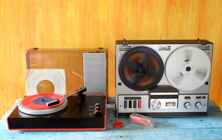 Vintage reel to reel tape recorder, and old turntable vintage audio gear in full action Banco de Imagens