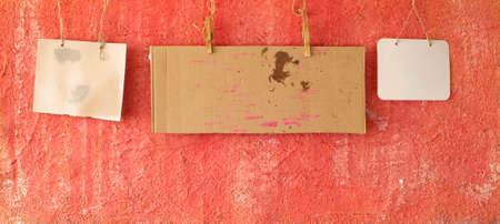 set of blank grungy cardboard signs or message boards  on grungy red wall, panoramic, free copy space Zdjęcie Seryjne