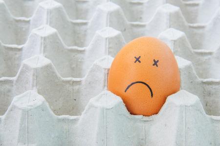 enfermos: Huevos cara enfermos en la caja de papel marr�n