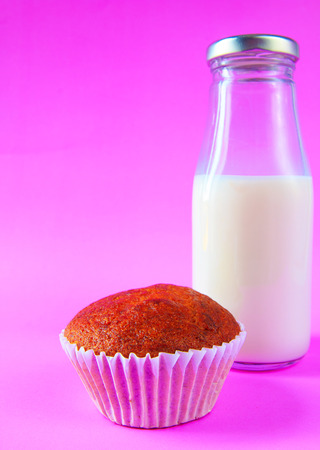 plato del buen comer: Pastel de plátano con la botella de leche sobre fondo morado