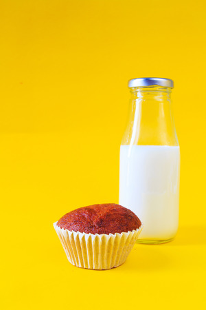 plato del buen comer: Pastel de pl�tano con la botella de leche sobre fondo amarillo