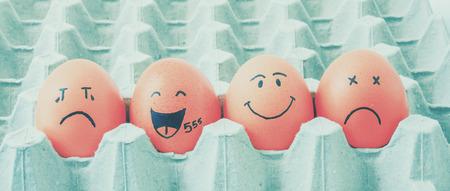 通信: 描画面を持つ 4 つの茶色の卵