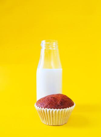 plato del buen comer: Banana cake with milk bottle on yellow background Foto de archivo
