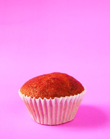 plato del buen comer: Pastel de pl�tano sobre fondo morado Foto de archivo
