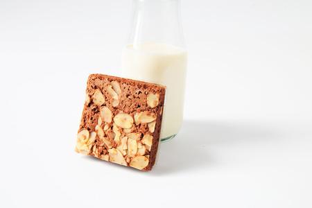 plato del buen comer: brownies de chocolate con leche en el fondo blanco.
