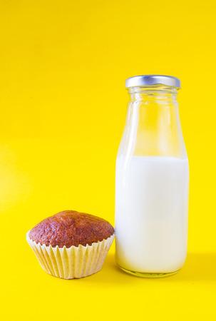 plato del buen comer: Banana cake with milk on yellow background