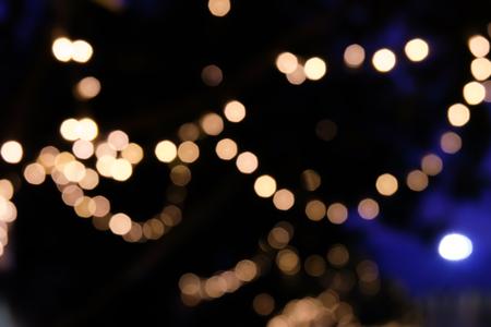 Decoratie licht opknoping op boom in de tuin, wazig onscherpe achtergrond Stockfoto
