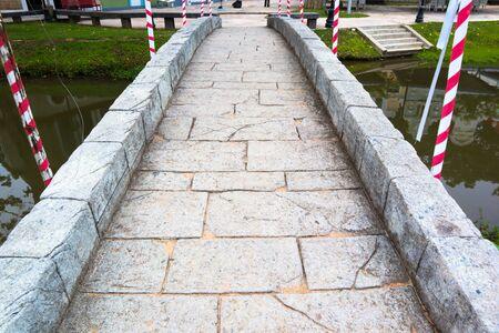 Stone bridge on summer in the park. 版權商用圖片 - 124719002