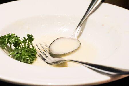 Closeup auf schmutzigen Teller Spaghetti nach dem Essen auf dem Tisch.
