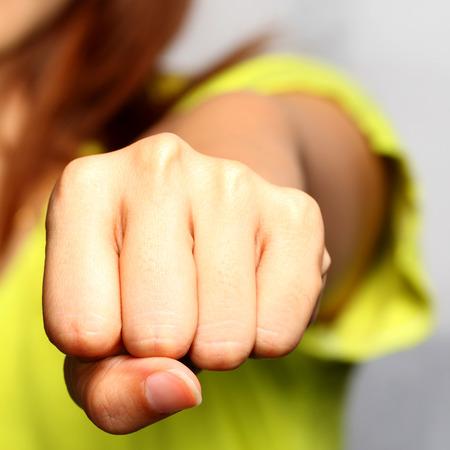 女性の拳のクローズ アップ