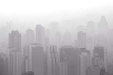 Vue aérienne d'une grande ville avec pollution de l'air / smog causant une faible visibilité le matin. Bangkok, Thaïlande Banque d'images