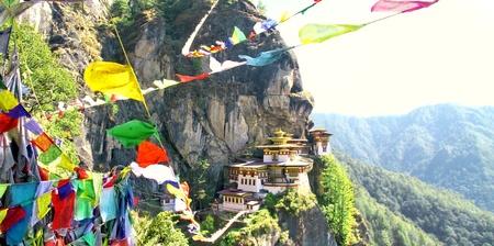 Taktshang Goemba 또는 다채로운 티베트어기도 플래그, Paro, 부탄, 타이거의 둥지 수도원.