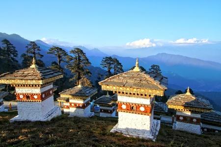 108 chortens (仏塔) はティンプーから Punaka、ブータンへの道のドチュラ峠で山の層とブータンの兵士の名誉の記念碑