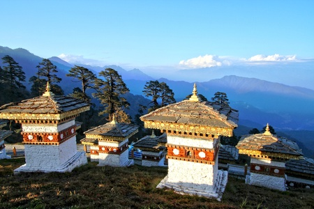 De 108 chortens (stupas) zijn de herdenking ter ere van de Bhutanese soldaten met een laag berg in Dochula Pass op de weg van Thimphu naar Punaka, Bhutan Stockfoto