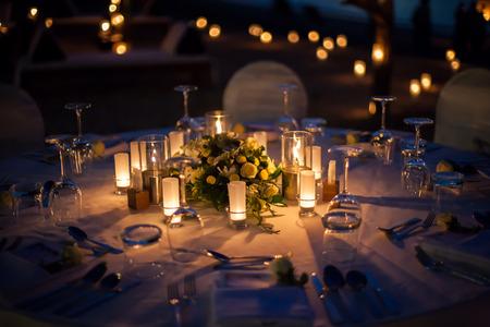 屋外の結婚式のテーブルの設定 写真素材