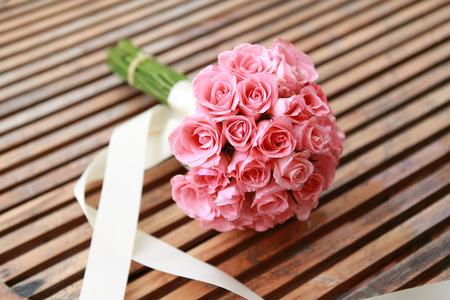 분홍색에서 결혼식 꽃은 장미 꽃입니다.