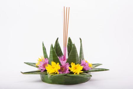 candela: Krathong, la lavorazione artigianale candela in parte galleggiante decorato con foglie verde galleggiante fiori colorati e molti tipi di materiali creativi.