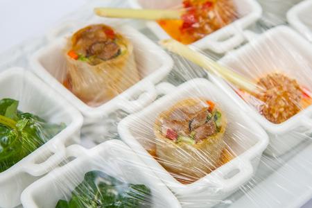Canape 장식 및 결혼식을 위해 준비된 플라스틱 포장으로 감싸 인 음식