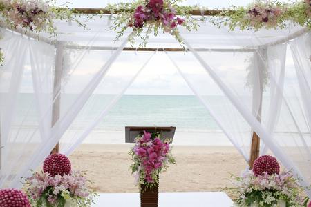 タイのビーチで美しい結婚式のアーチ
