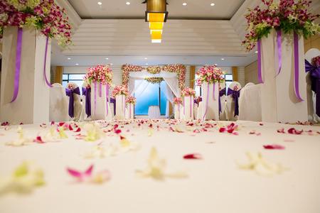 feier: Schöne Hochzeitszeremonie Design Dekorationselemente mit Bogen, Blumenmuster, Blumen, Stühle und Luftballons