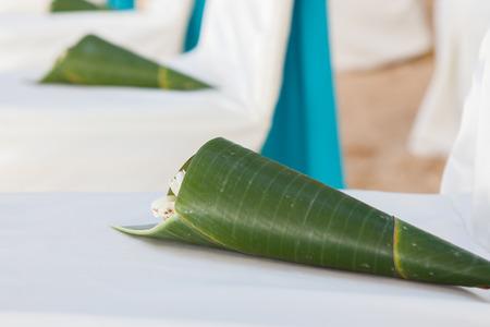 fidelidad: arreglos florales ubicados en los asientos en una ceremonia de boda
