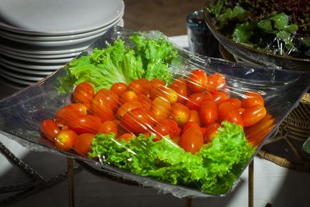 Gemüsesalat auf Plastikverpackung für Buffetlinie im Hochzeitsfest.