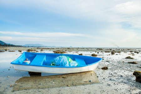 Small Fishing Boat on Sand Beach Background Standard-Bild