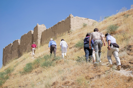 Foreigners walking to an old fortress in the capital of Afghanistan Kabul built on a hill 免版税图像 - 97530739