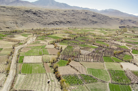 Aerial photo of a valley between Kabul and Ghazni in Afghanistan with agricultural fields and mountains 免版税图像 - 97530744