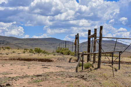 Cattle fence near Rhodes in South Africa in the Eastern Cape with mountains and blue sky in the background 免版税图像