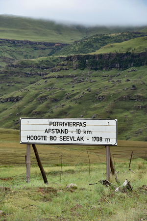 Sign to the Potrivierpas on the highest mountain pass between Maclear and Rhodes in South Africa in the Eastern Cape 免版税图像 - 97530781