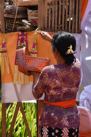 A woman performing a traditional Balinese offering 免版税图像 - 96488097