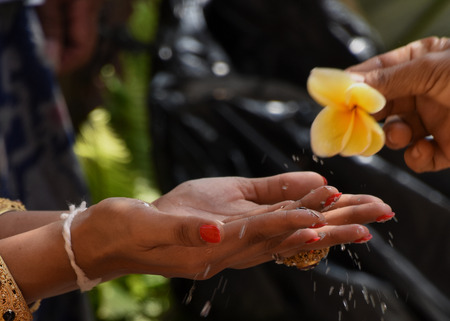 The blessing of the groom with water during a traditional Balinese wedding 免版税图像 - 96489917
