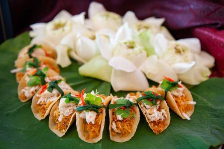 Taco au crabe et à la noix de coco à la thaïlandaise. Stylisme alimentaire, idée de présentation créative de placage et de décoration, arrangement pour canape de fête, tapas, amuse-gueule, amuse-bouche pour hors d'oeuvre et plat d'apéritif.