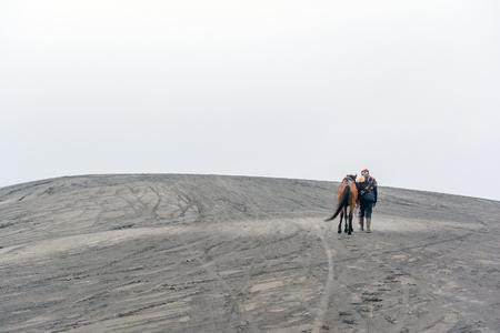 uomo a cavallo: Montare. Bromo, Indonesia. 21 maggio 2016. Un cavaliere Tenggerese fornisce servizi a cavallo per i turisti di escursione cratere del Monte Bromo al parco nazionale di Bromo Tengger Semeru.