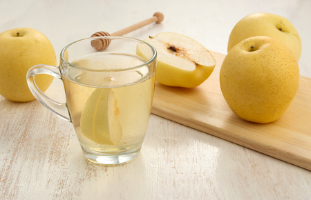 Close up view of pear juice and dessert Foto de archivo