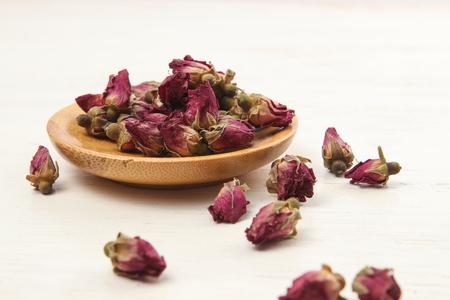 나무 테이블에 장미 꽃 봉 오리와 컵에 장미 차 스톡 콘텐츠